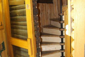 kleines-Heim-Treppe-zu-Schlafräumen-scaled